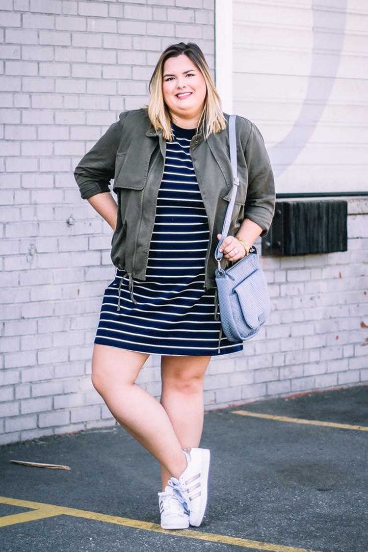 Moda Plus Size Primavera: Foto de mulher com vestido e tênis.