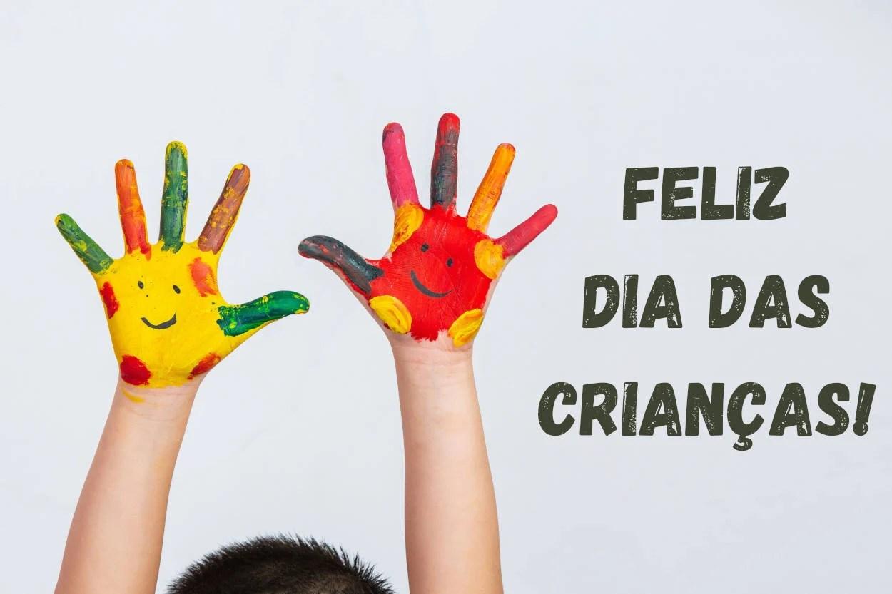 Foto de mãos de criança pintadas com tinta, Feliz Dia das Crianças 2021