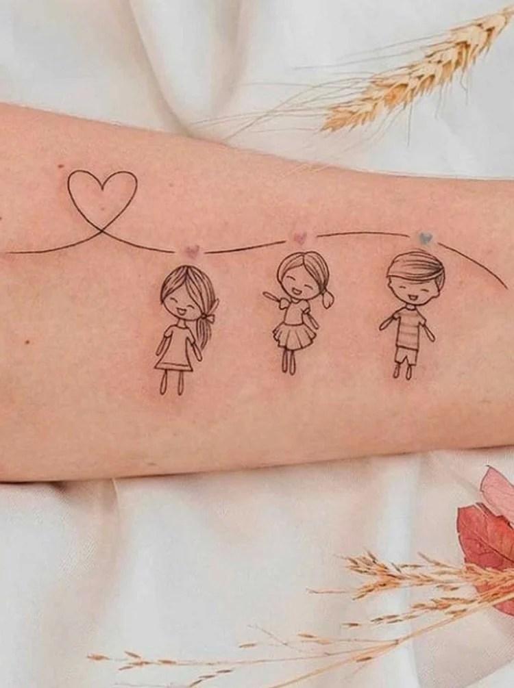 Tatuagem delicada de filhos