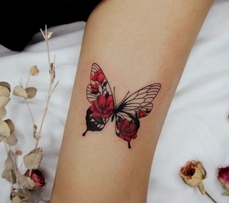 Tatuagem com borboleta florida