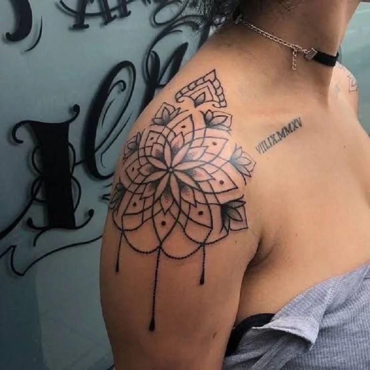 Tatuagem de mandala no ombro