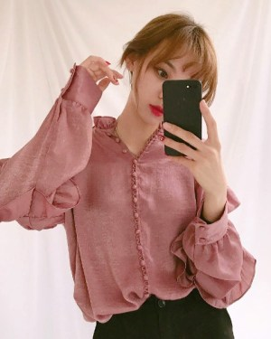 red-velvet-yeri-roufled-blouse