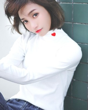 twice-nayeon-white-turtleneck-heart3