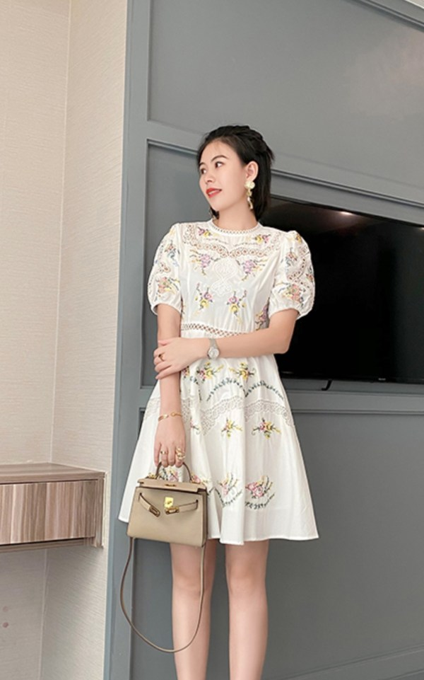 Laced Collar And Chest Floral Bud White Dress | Dahyun – Twice