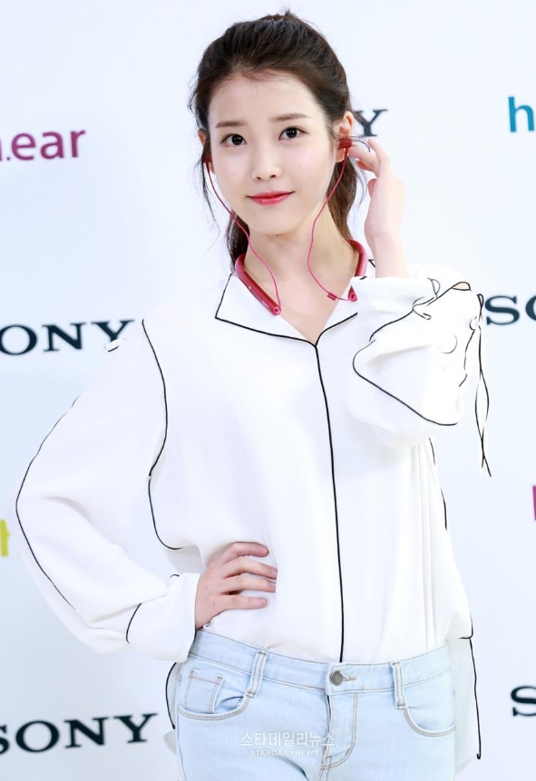 Black Outlined White Silk-like Shirt | IU
