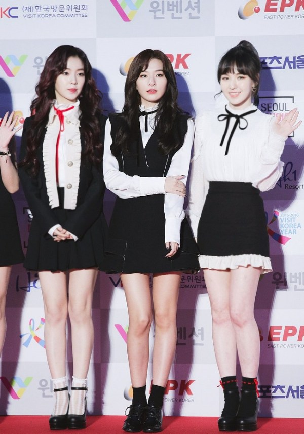 Black V-Neck Retro Ruffled Dress | Seulgi – Red Velvet