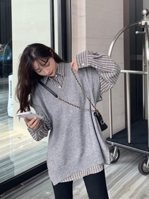 Jisoo -BlackPink Grey Shirt With White Stripes (8)
