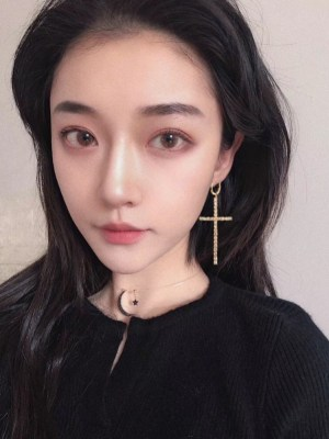 Jennie – BlackPink Asymmetrical Cross Earrings (10)