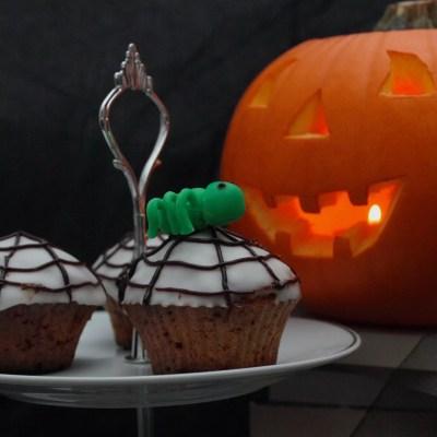 Carrot cupcakes glaçage toiles d'araignée & graines de citrouille