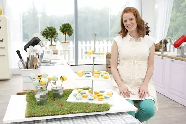Anne Sophie macarons fleurs abeilles Le Meilleur Pâtissier Semaine 6 – Les macarons fleurs & abeilles