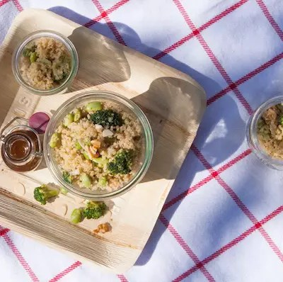 Salade de quinoa, fèves, brocolis, amandes et noix