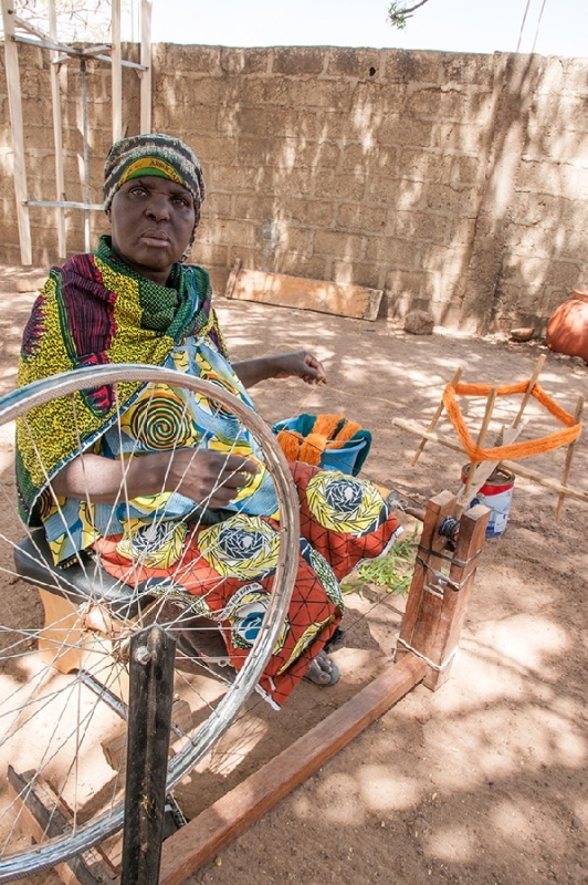 spinning-yarn-in-burkina-faso-anne-mimault-itc-ethical-fashion-initiative-e1429704674700