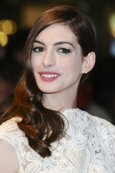 Anne-Hathaway-Side-Part-Medium-Length-Hair-Wavy