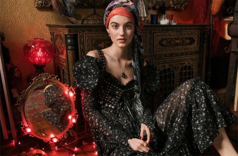 Modell Maartje Verhoef bär Alexander McQueen bustier och klänning med Etro halsduk och CVC Stones halsband