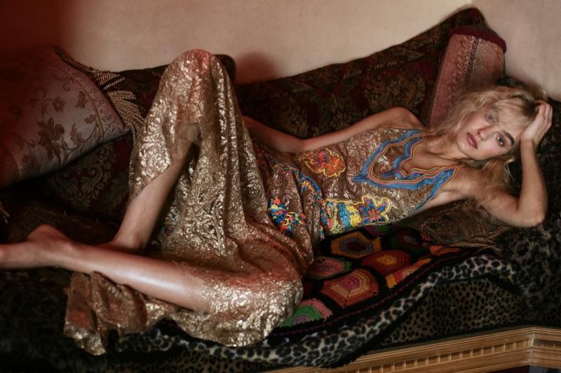 Glittrande i guld, Maartje Verhoef modeller Peter Pilotto dress