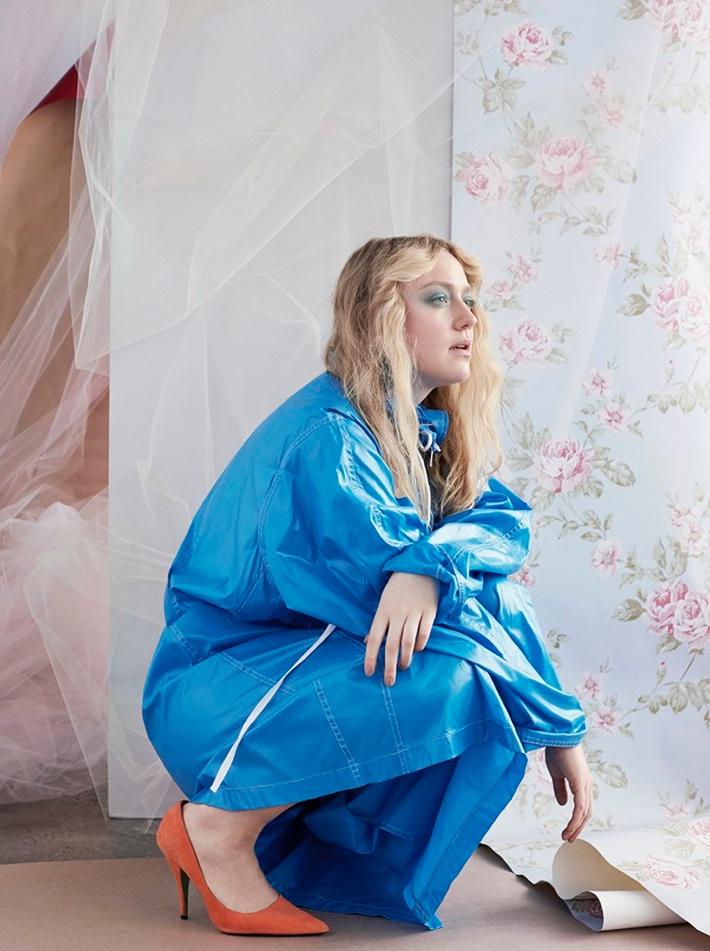 Dressed in blue, Dakota Fanning shows off orange pumps