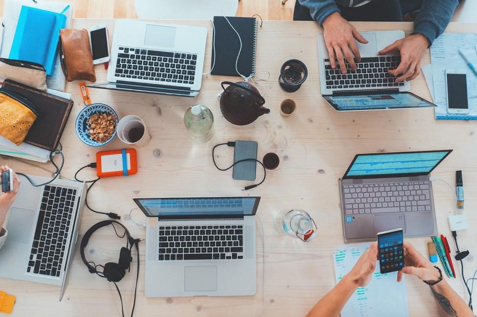 Flera datorer står på ett bord.