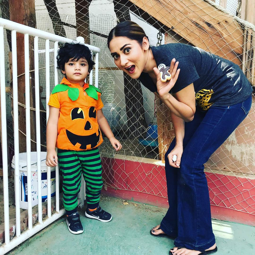 New Awesome Photos of Actress Sana Askari with her Husband and Adorable Son