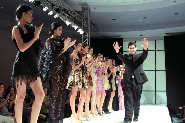 Marcos Carrazana y su fascinación por la realeza llegan a la pasarela de San Juan Moda