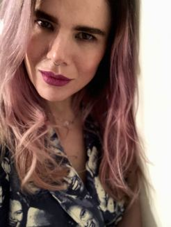 Headshot of Blogger Pixie Tenenbaum wearing vintage Dieter Heupel from Trendlistr, with pink hair and a purple lip