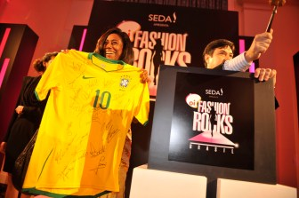 Glória Maria shows Brazilian´s national team t-shirt