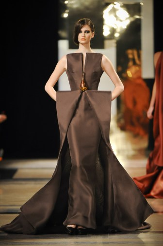 Bark-coloured lacquered gazard and hand blown glass long dress.
