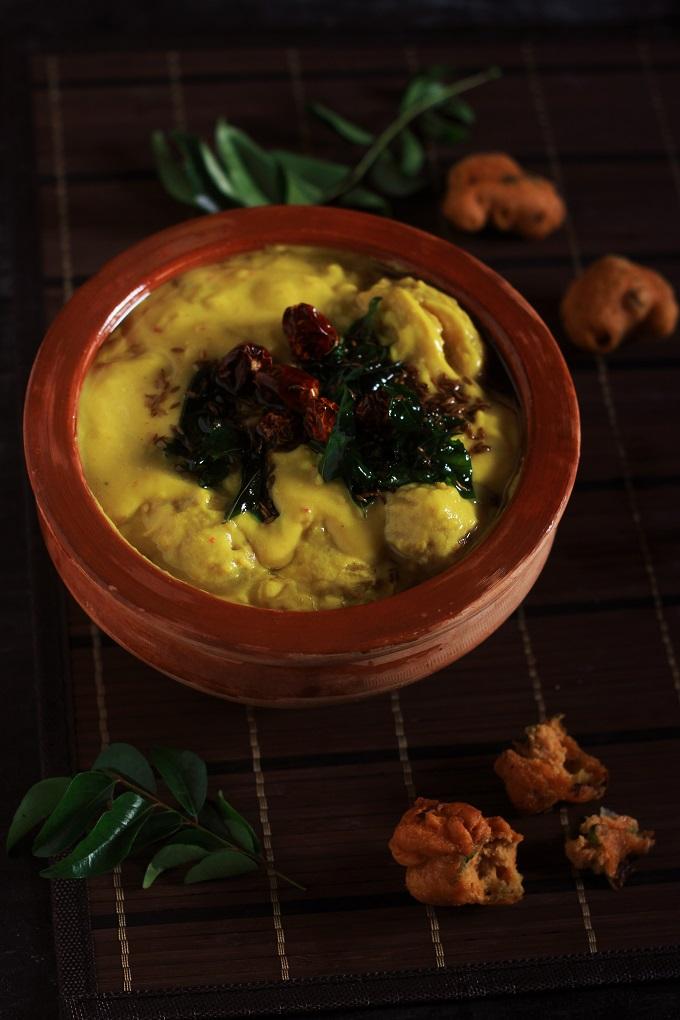 punjabi kadhi pakora garnished with tempering in a clay pot