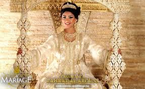 La mariée portée sur un trône
