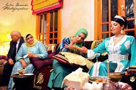 Une professionnelle (foulard vert au milieu) de la décoration des mariées au henné appelé la Neggafa en plein travail