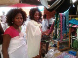 Les dames Sanou Charlotte (pagne en mains) et Fabienne