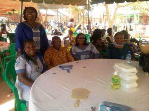 La présidente de l'Union Nationale des Personnes Aveugles et Malvoyantes Mr Oule Christophe avec les femmes de l'UEMOA venues fêter le 08 mars avec les femmes de sa structure