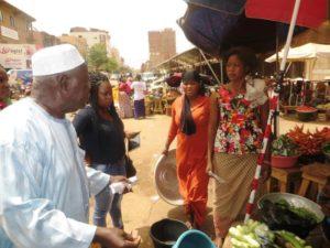 Le président du VITHRO Monsieur Pièrre Zoungrana invite les vendeuses de fruits et légumes à s'inscrire