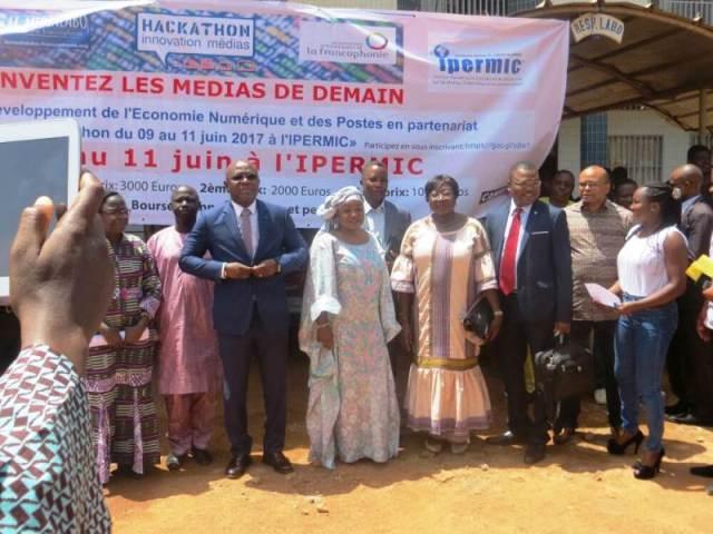 Photo de famille avec la marraine Mme la Ministre du Développement de l'Economie Numérique et des Postes
