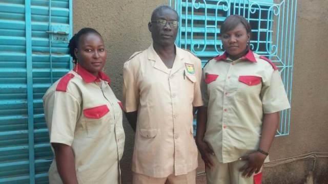 Le chef du personnel, M. Beyem Boubié, entouré des deux dames, Bayoulou Elie Mariam, Kaboré Valentine