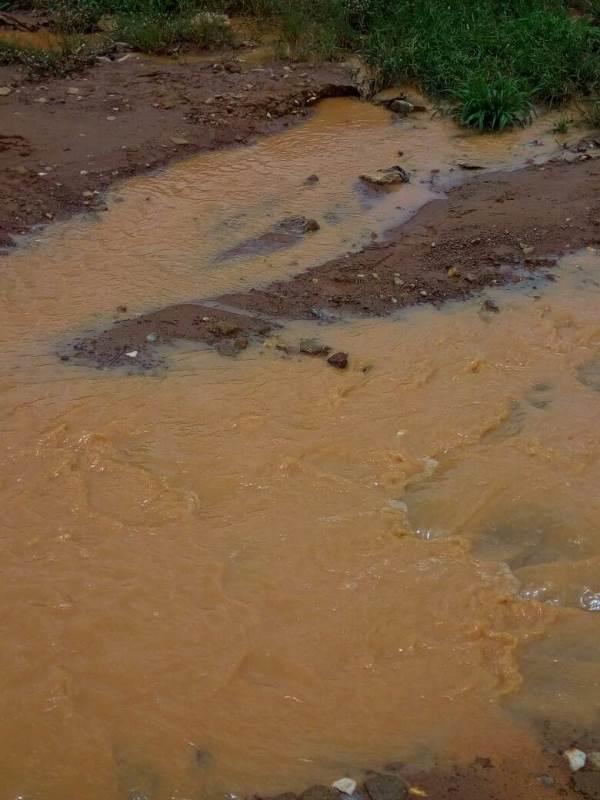 Les eaux diluviennes ont complètement ravagé cette voie.