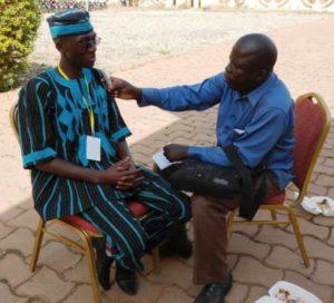 Mathieu ZONGO en tenue traditionnelle Faso danfani, et notre reporter FasoAmazone.net D. KAFANDO en plein interview.