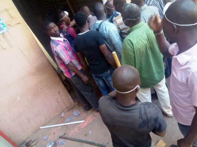 Les commerçants du grand marché « Roodwoko » lors nettoyage général
