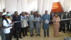 Coupure du ruban, par le premier ministre Paul Kaba Thiéba à cette cérémonie d'ouverture de la 13ème édition de la Semaine nationale de l'Internet et des TIC (SNI).