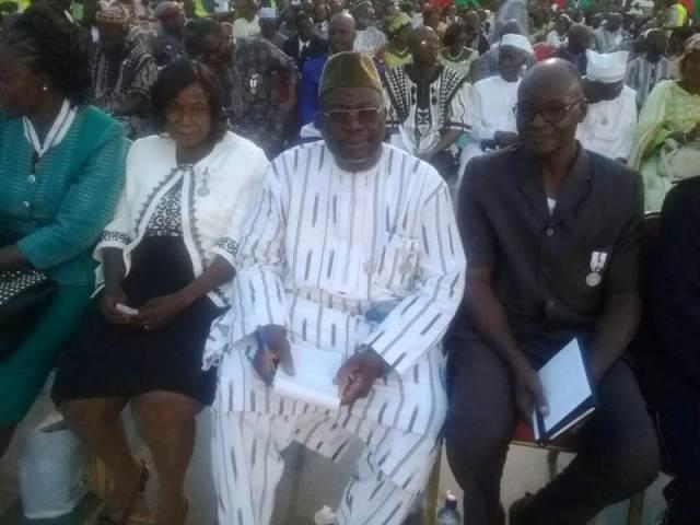 M. Bassolé Belibie Soumaila journaliste, Chef de service communication (1er à partir de la droite, costume noir), aux Fonds de développement de l'électrification (FDE) décoré officier de l'ordre du mérite