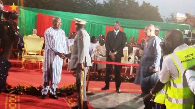 Le Président du Faso Rock Marc Christian KABORE congratulent les nouveaux récipiendaires