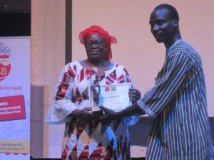 Aminata Ouédraogo/ Bagayoko recevant son trophée des mains de M. Patrice Kouraogo conseiller spécial du Président du Faso chargé de la culture