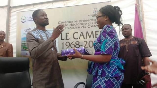 Le Ministre burkinabè en charge des enseignements supérieurs (Alkassoum Maïga) a été honoré lors du lancement des journées portes ouvertes, par un présent.