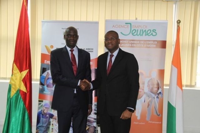 Poignée de main entre le Ministre Sidi Tiemoko Toure et l'ambassadeur Mahamadou Zongo dans le cadre de l'Appel à projet du Fonds d'Amitié et de Coopération Ivoiro-Burkinabè pour l'Insertion des Jeunes (FACIBIJ)