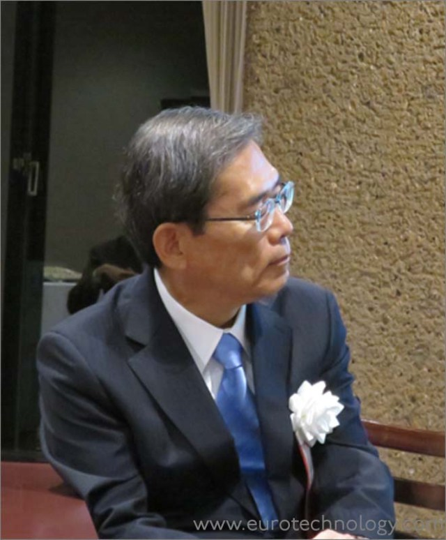 Professor Junichi Hamada, President of The University of Tokyo, listening to Masamoto Yashiro