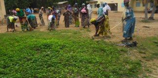 les-femmes-de-Kombissiri-nettoient-la-cour-d-un-centre-de-santé