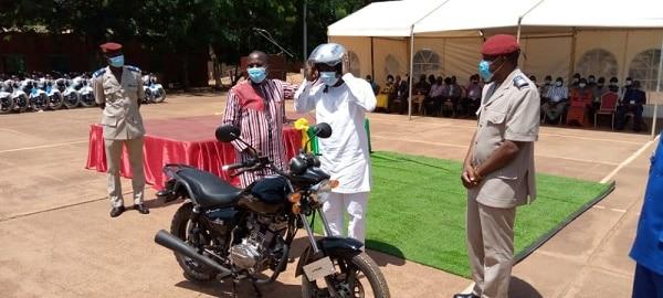 le-ministre-remet-une-moto