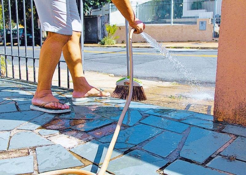 Resultado de imagem para desperdicio de agua nas calçadas
