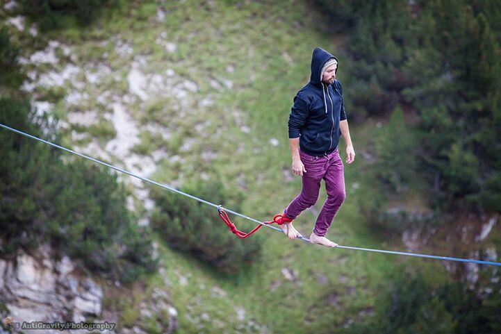 Completamente malucos: eles se equilibram na corda bamba há 100 metros do chão!