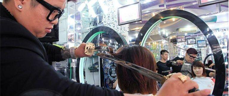 Cabeleireiro ninja usa espada samurai para cortar cabelos. Você encararia?