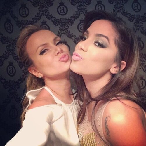 Eliana e Anitta fazem biquinho para selfie